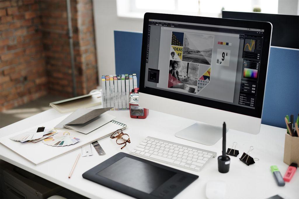 平面設計師的辦公桌,桌上有電腦