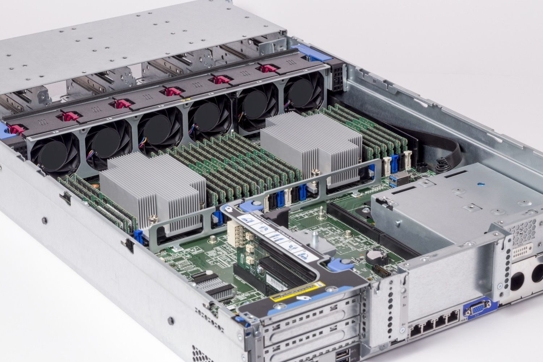 安裝在伺服器的 Crucial RAM 記憶體模組