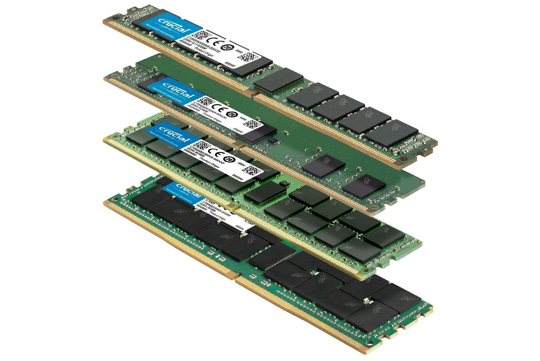 一疊尺寸不同的多款 Crucial RAM 記憶體模組