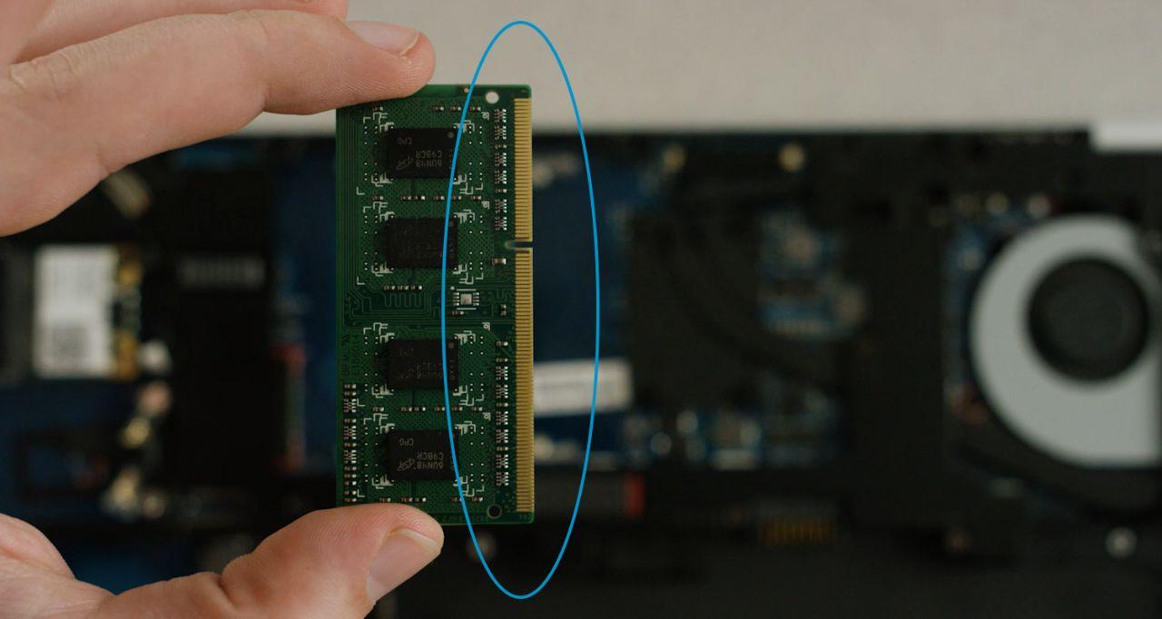 安裝記憶體時避開金色腳位或記憶體模組元件。