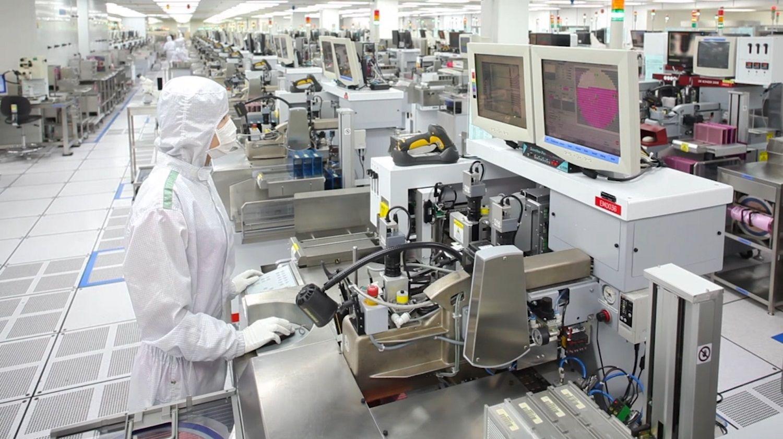 Micron 生產團隊成員穿戴特殊防護帽、防護衣和面具,確保空氣中沒有粒子
