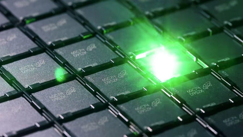 在記憶體製作過程中,每個記憶體晶片皆以雷射蝕刻辨識碼。