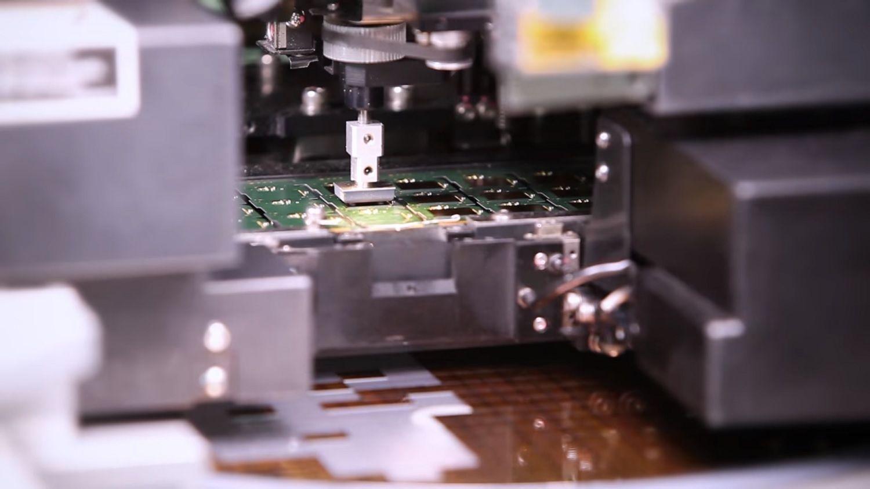 機器自送料機取出晶片並安裝在 PCB 上