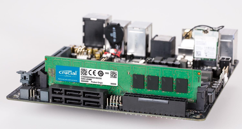 Crucial 記憶體模組與主機板。