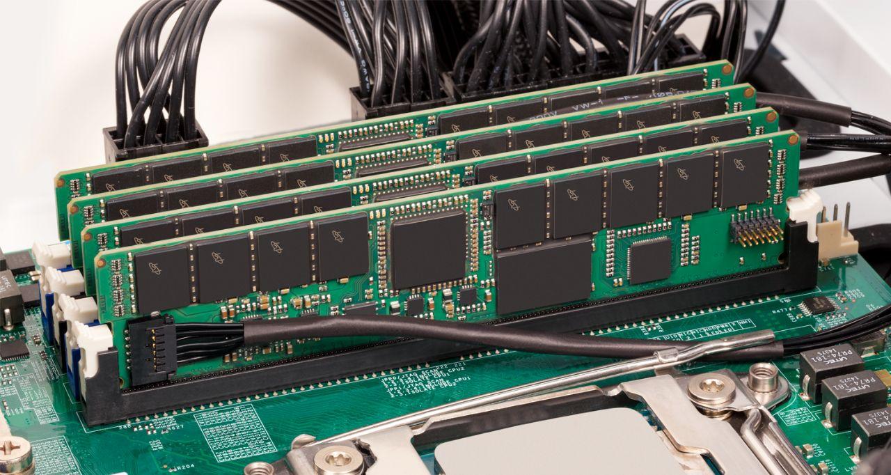 Crucial 伺服器記憶體 RAM。