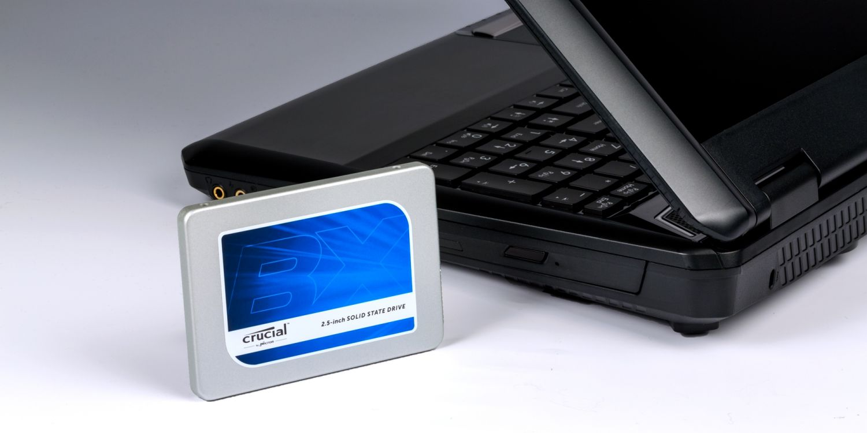 Crucial SSD 硬碟與筆記型電腦。