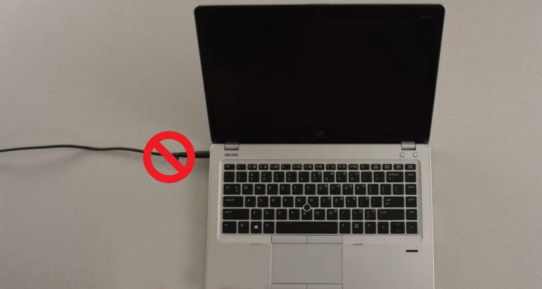 在筆記型電腦電源線上有一禁止符號,表示電源線應於安裝前移除
