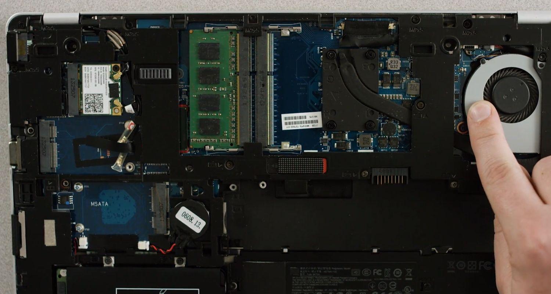 請用手指觸碰一下筆記型電腦內部的未上漆金屬表面,以釋放剩餘靜電