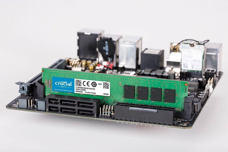 一條已安裝於電腦主機板上的 Crucial DDR4 UDIMM RAM 記憶體模組