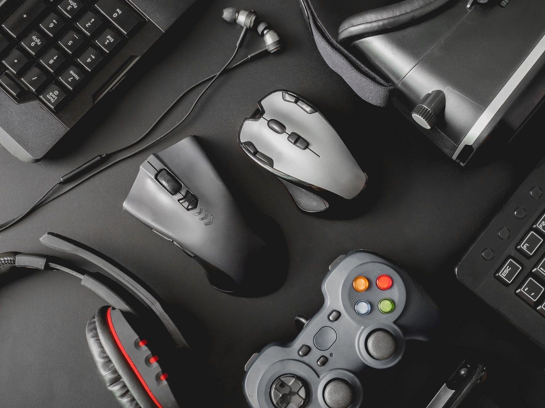電競電腦周邊裝置包括滑鼠、鍵盤、電競耳機、遊戲控制器與 VR 頭罩組