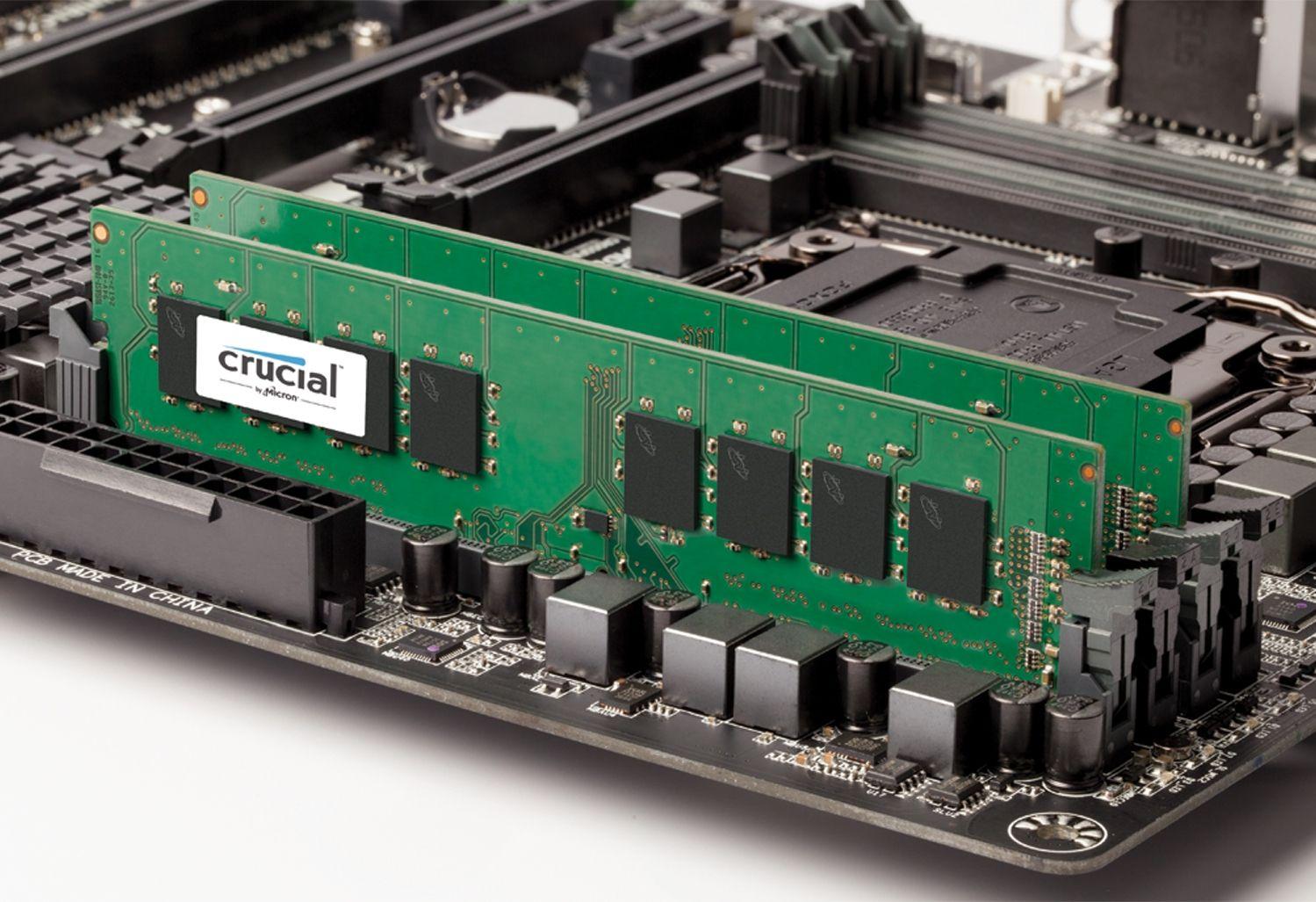 在外露型電腦主機板上的 Crucial RAM 記憶體模組,顯示如何在老舊電腦上升級記憶體