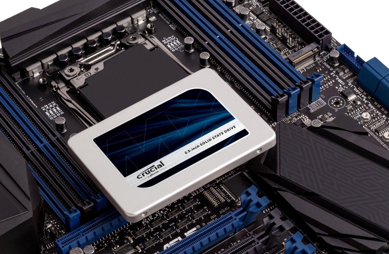 外露式電腦主機板上的 Crucial SSD,顯示如何在老舊電腦上升級儲存硬碟。
