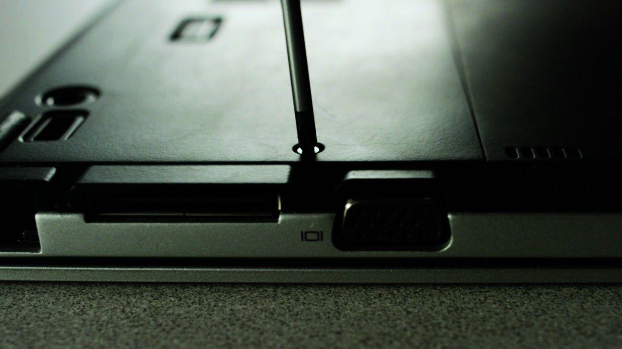 螺絲起子由筆記型電腦背面移除螺絲