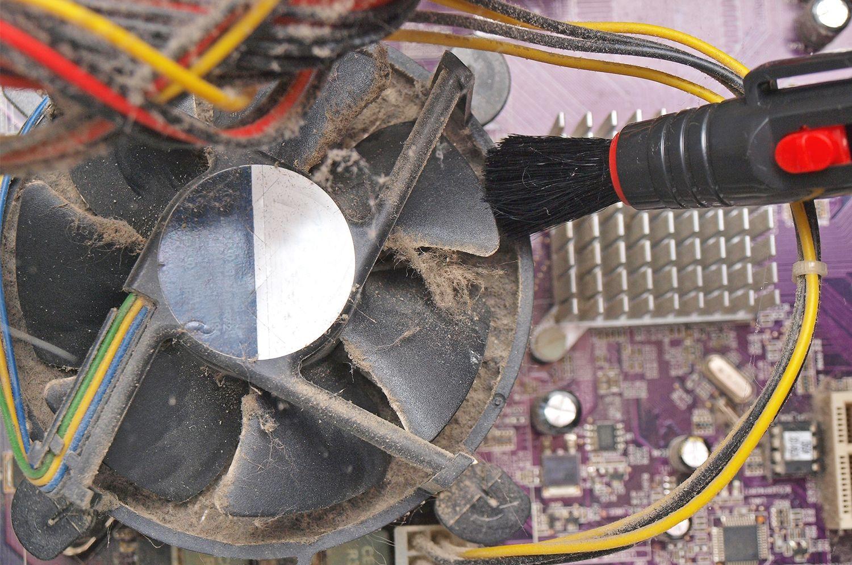 以小刷子移除桌上型電腦外曝風扇的灰塵和毛屑