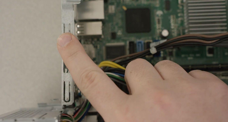 人的手指觸碰電腦未上漆金屬表面以釋放靜電
