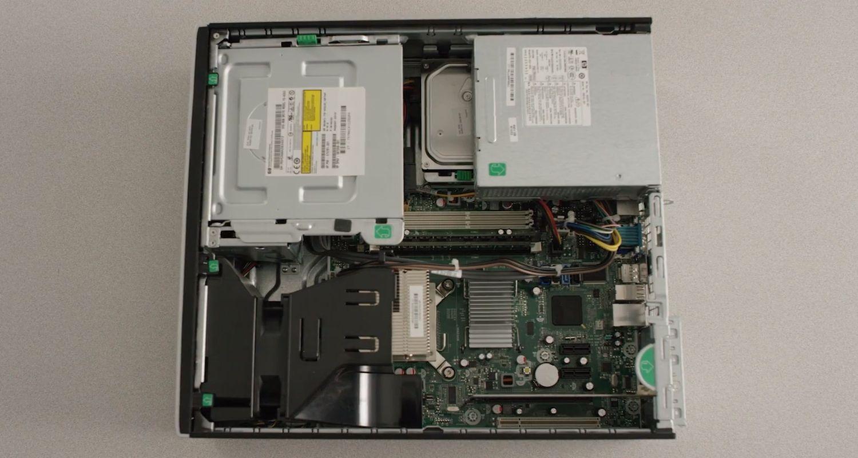 已移除機殼露出內部硬體元件的桌上型電腦