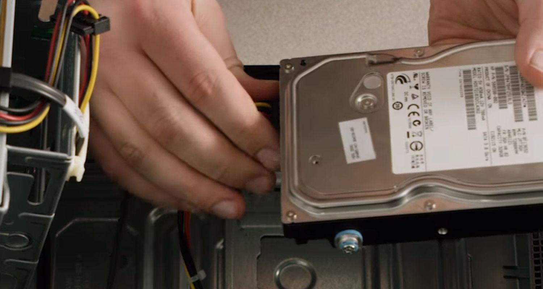 一位人士將桌上型電腦的儲存硬碟連接線中斷