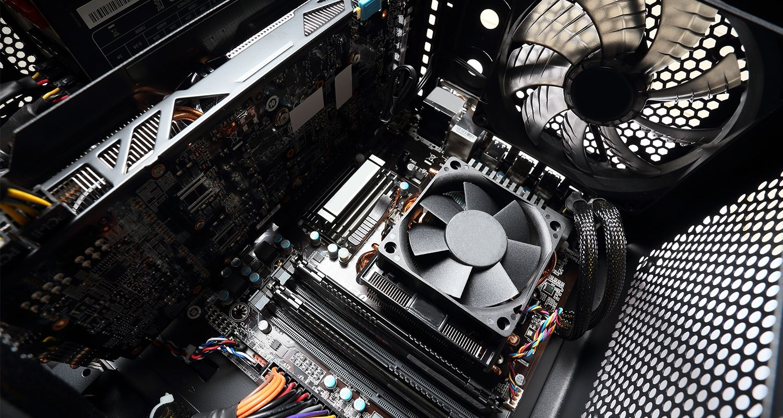 電腦內部,含有一個電腦風扇。