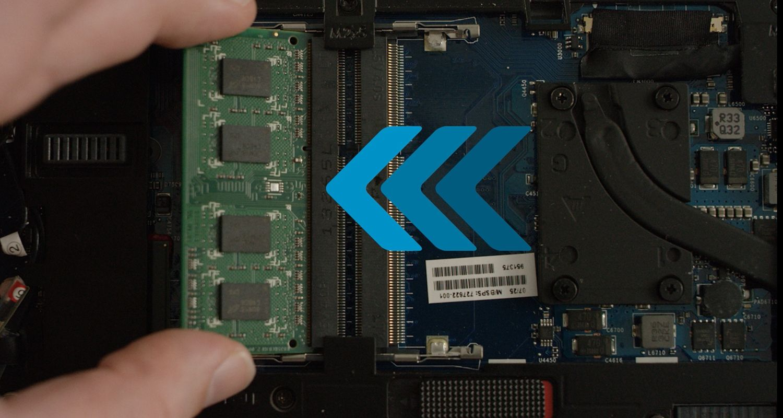 某人為筆電安裝 Crucial RAM 模組