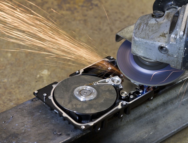 傳統硬碟被電子鋸或輾磨機摧毀