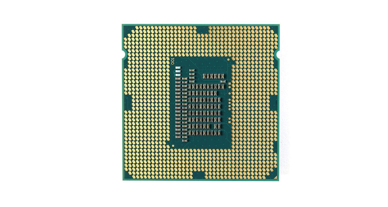 在白色背景前的電腦的中央處理器(CPU)
