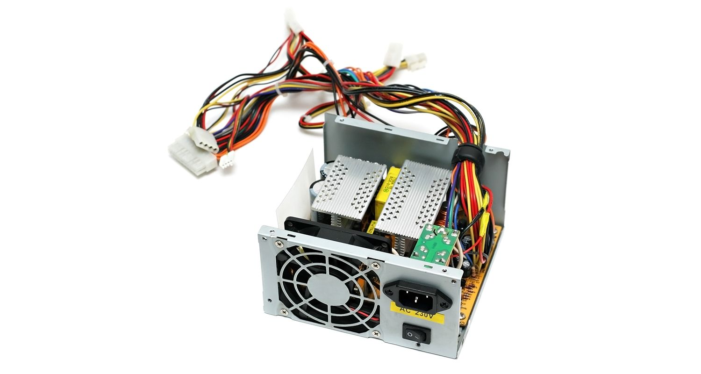 白色背景前的電腦電源供應器(PSU)